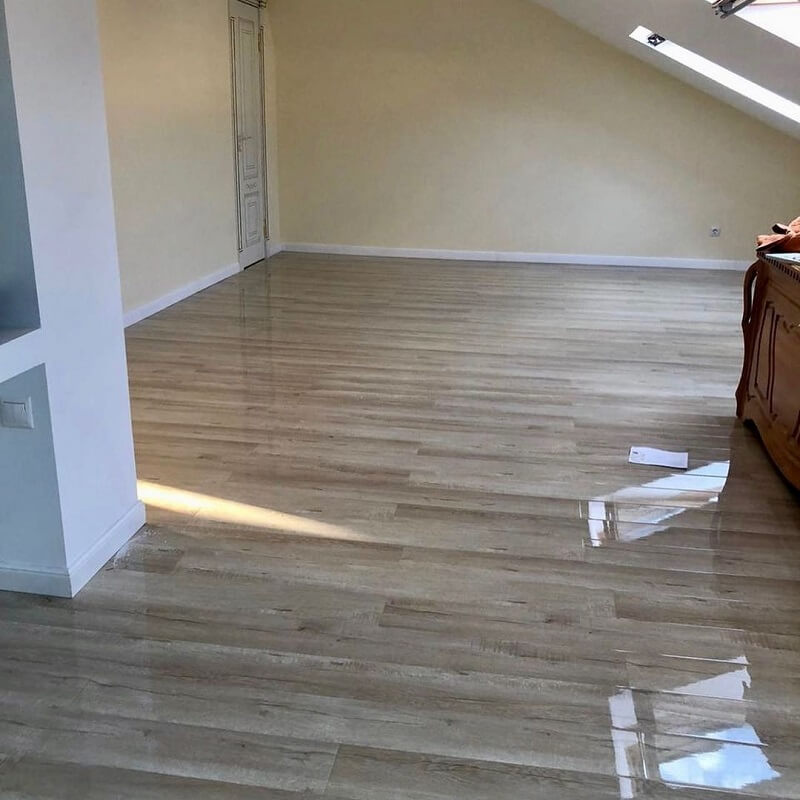 На фото: глянцевый ламинат в интерьере