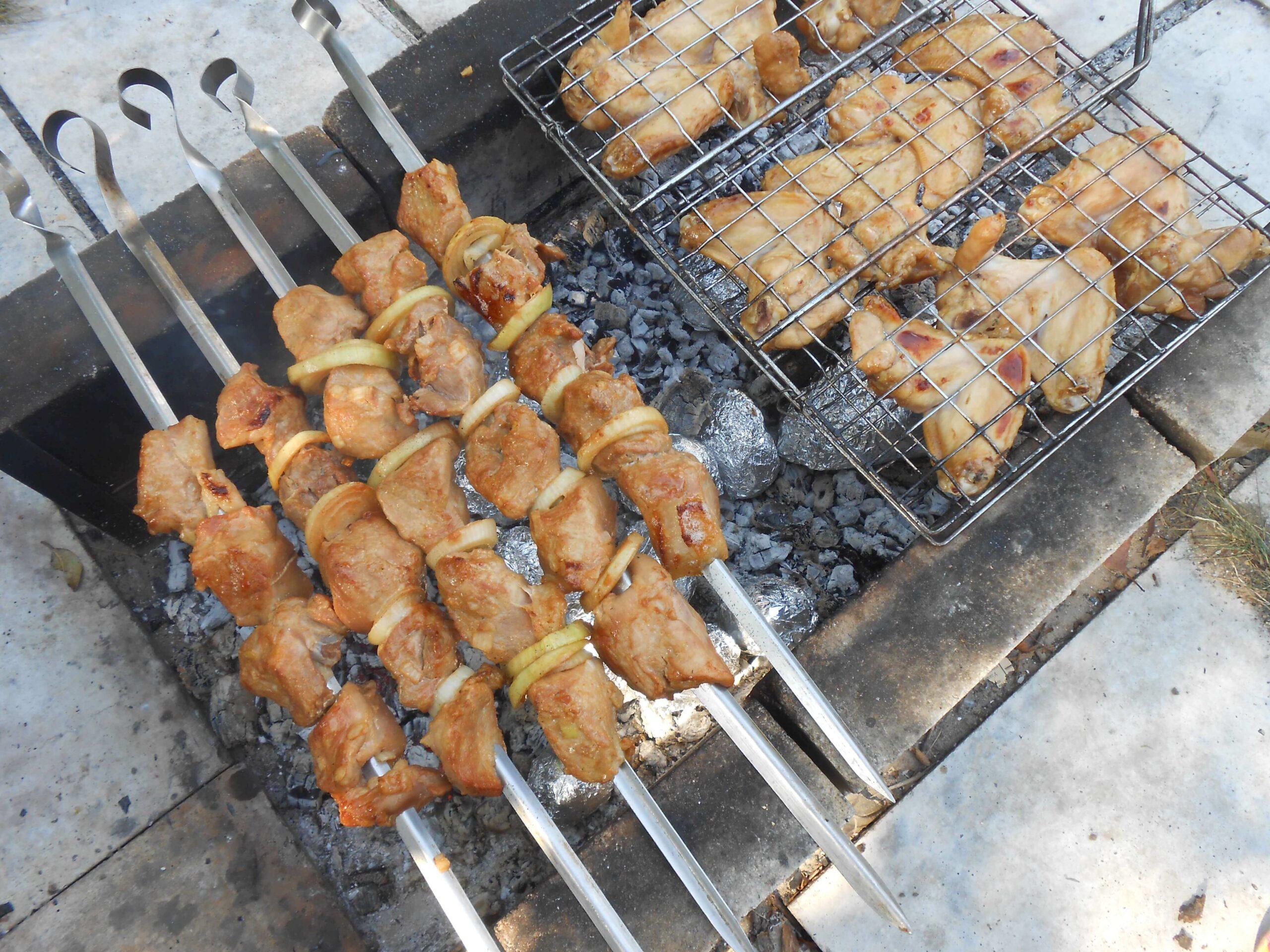 На фото: На фото: шашлык из свинины с луком на шампурах и курица на гриле / Авторское фото