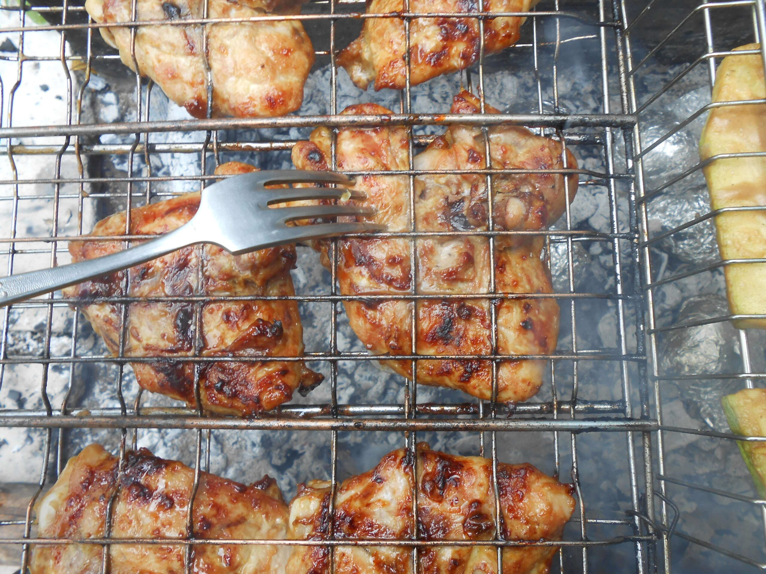 На фото: мясо и овощи на решетке гриль