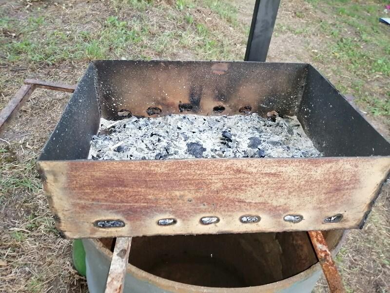 На фото: древесная зола от шашлыков как удобрение