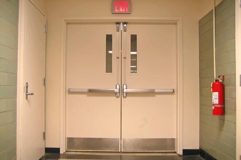 На фото: техническая дверь