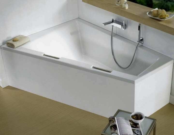 На фото: угловая чугунная ванна