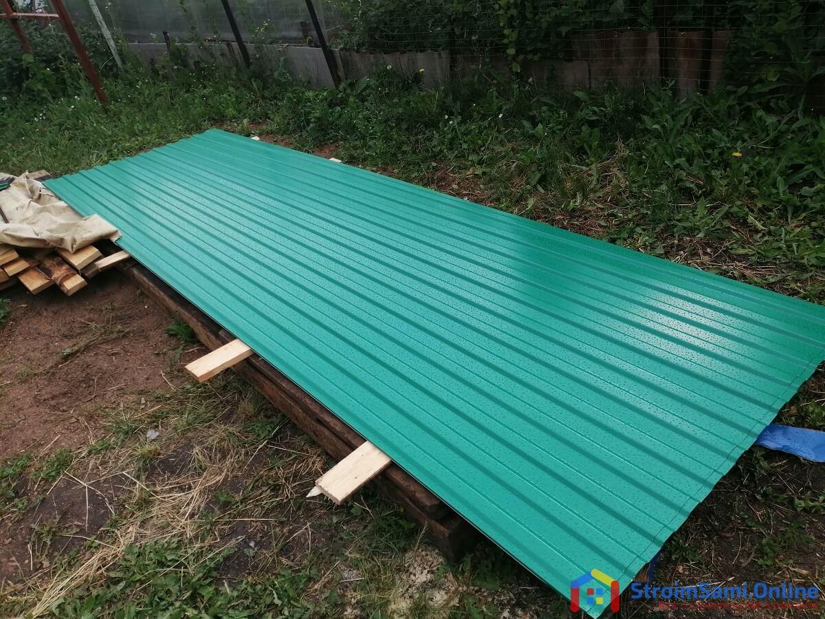 На фото: листы профнастила цвета зеленый опал. Длина 3,05 м. Покупали в Уфе летом 2021 года за 620 руб. п.м.