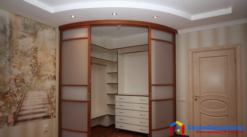 На фото: радиусный шкаф-купе