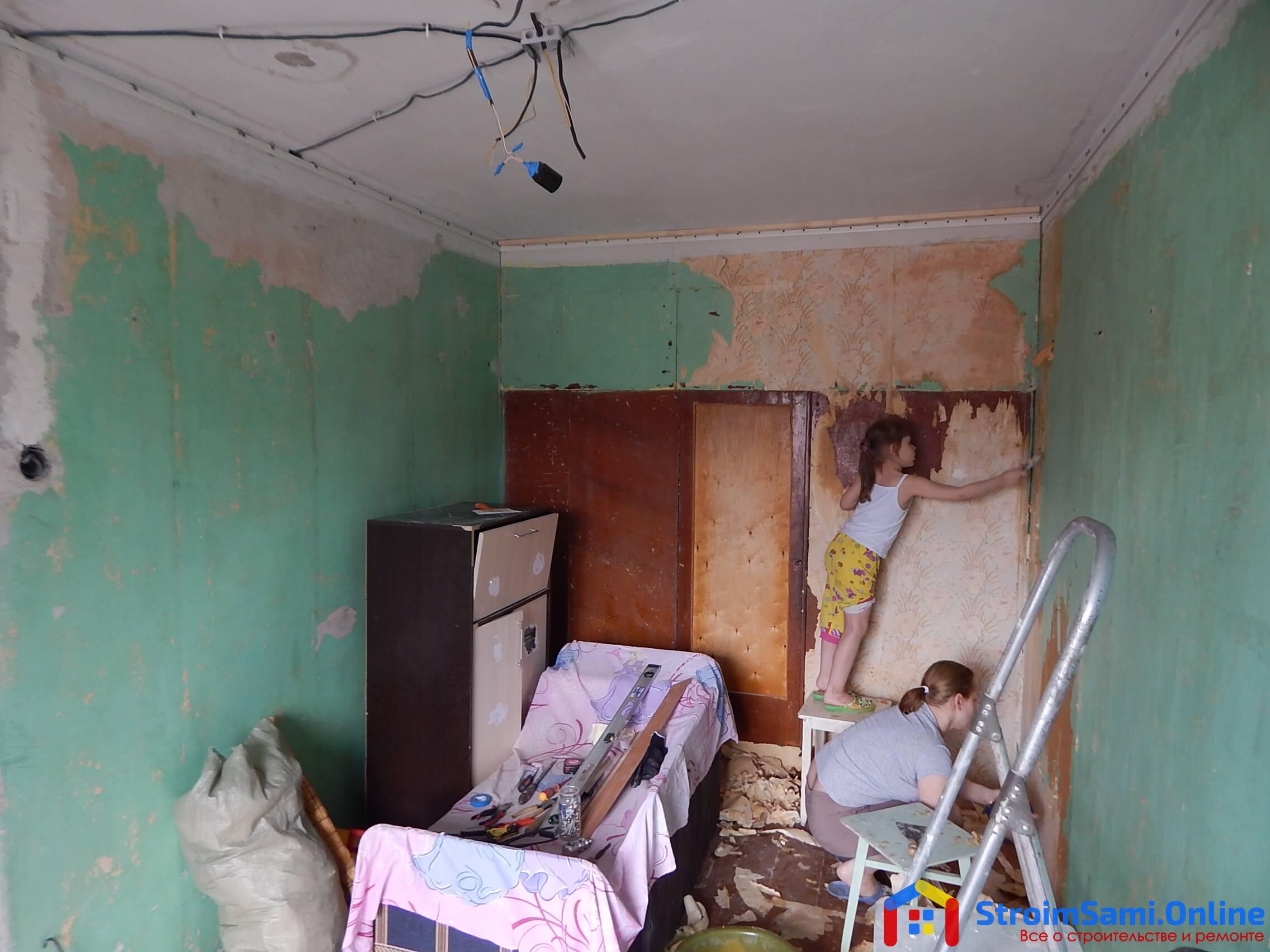 На фото: демонтаж и подготовка в спальне