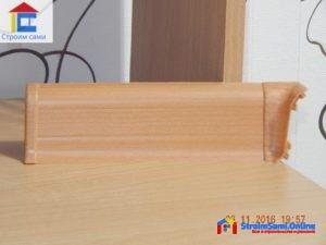 На фото: напольный пластиковый плинтус с кабель-каналом