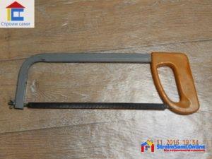 На фото: ножовка с полотном по металлу