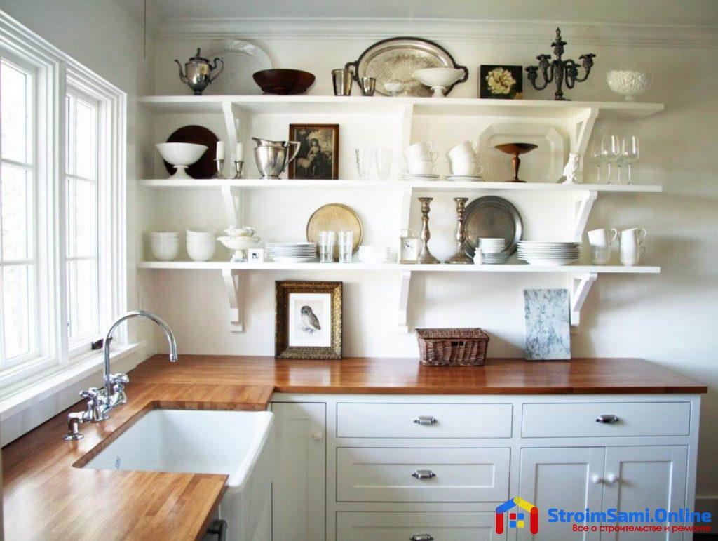 На фото: открытые полки на кухне
