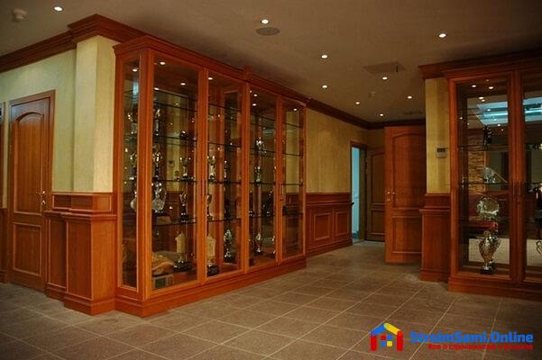 На фото: шкаф-витрина из массива дерева