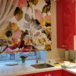 На фото: римские шторы для кухни