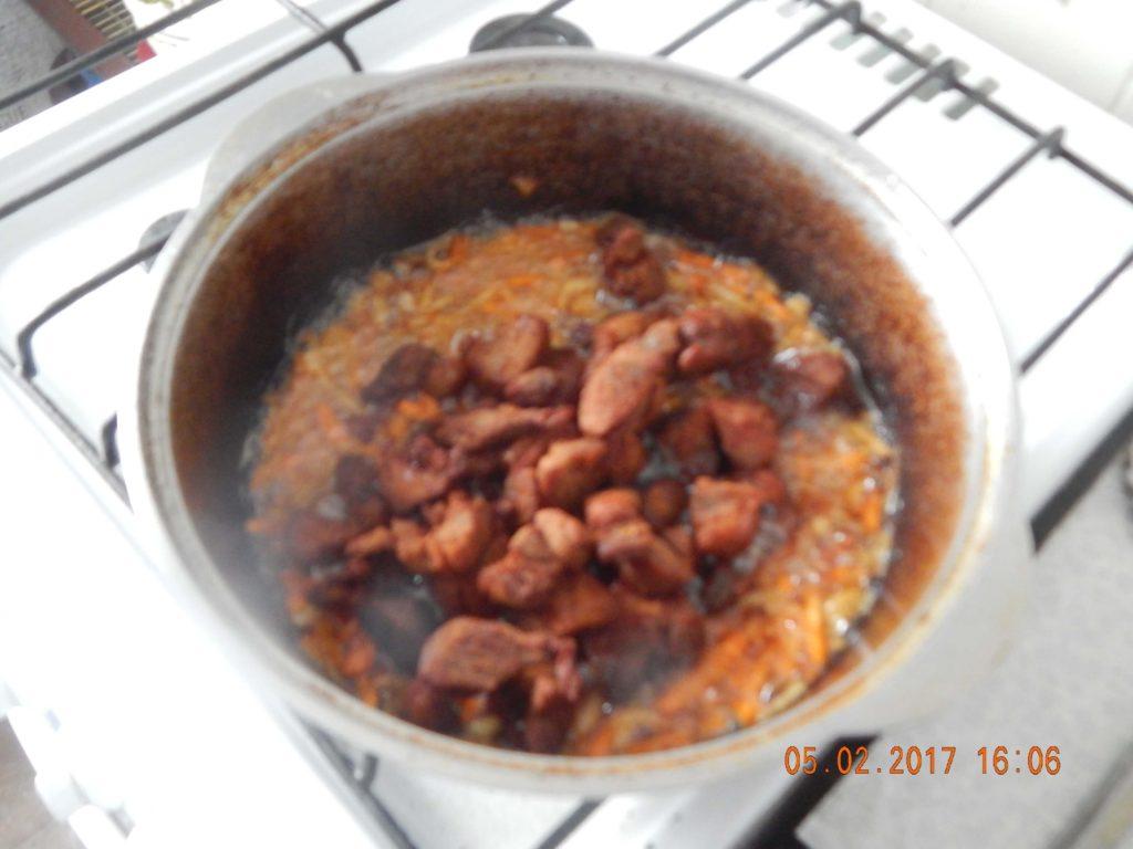 На фото: процесс приготовления зирвака