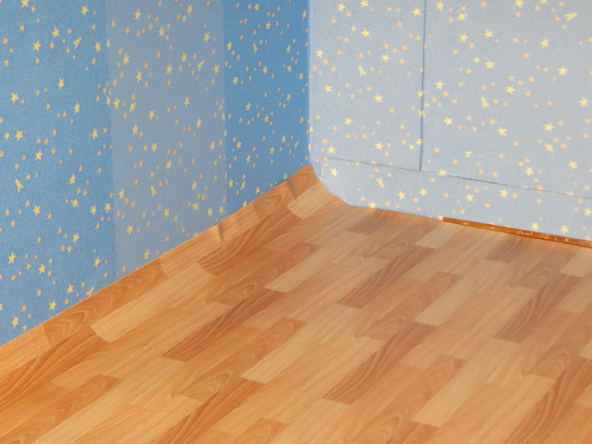 На фото: укладка линолеума в спальне