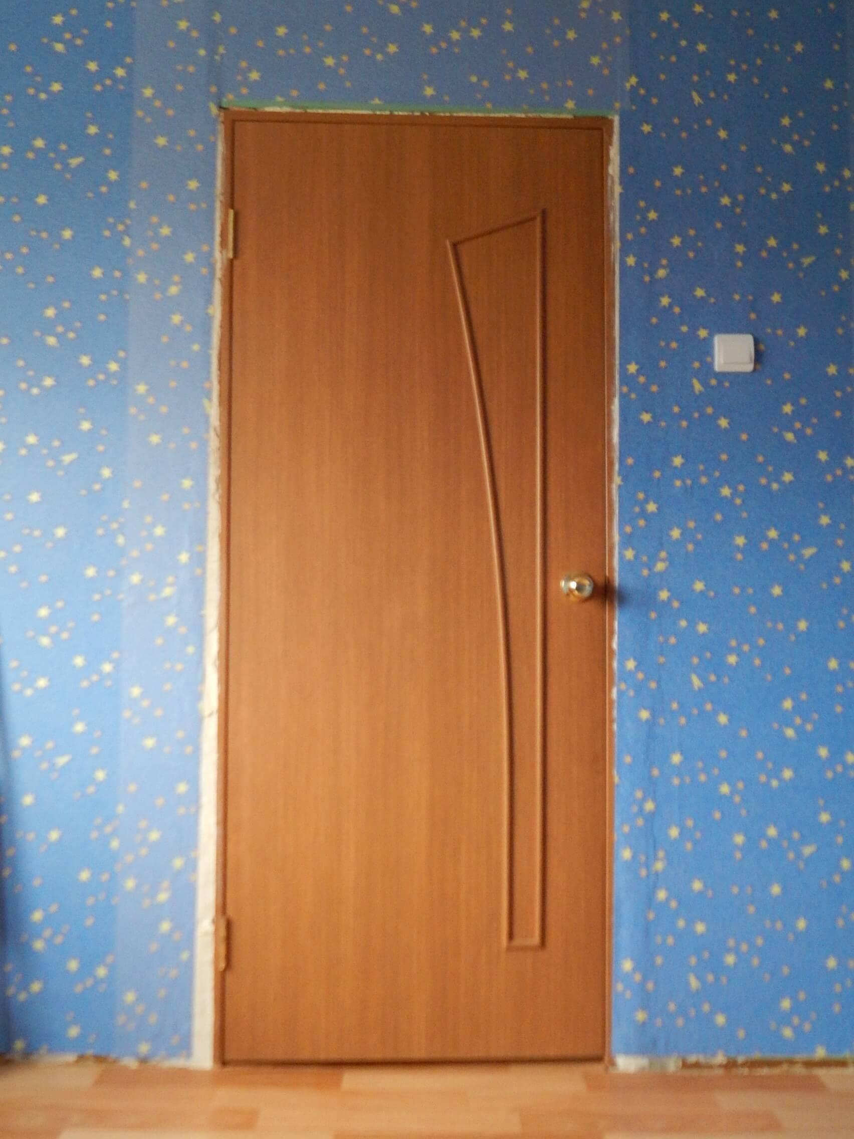 На фото: межкомнатная дверь без наличников