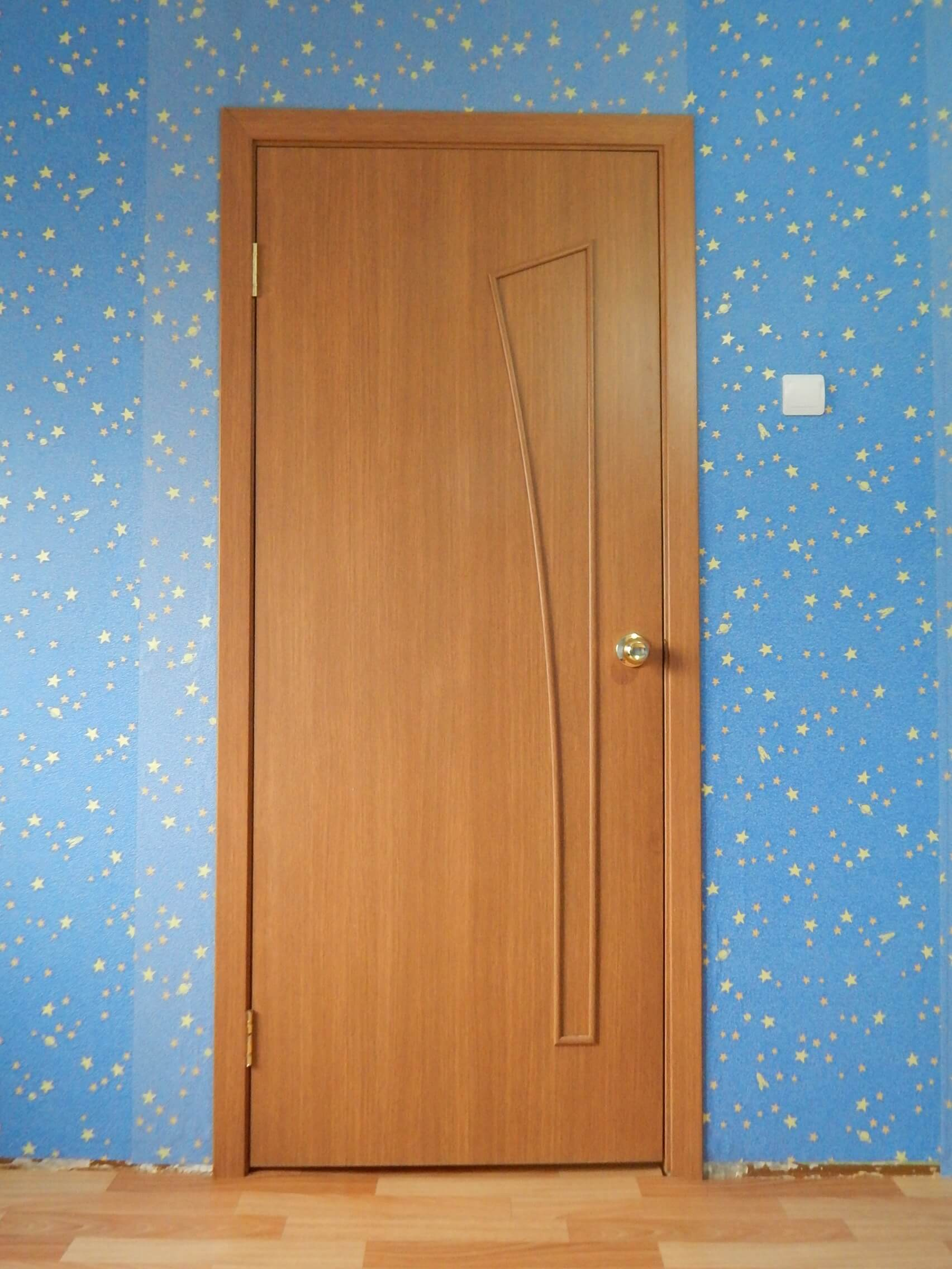 На фото: межкомнатная дверь с наличниками