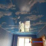 На фото: натяжной потолок в спальне