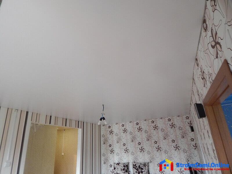 На фото: монтаж натяжных потолков в зале
