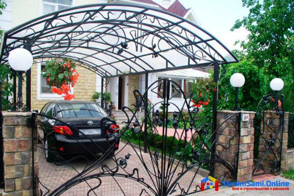 На фото: навес из поликарбоната во дворе частного дома