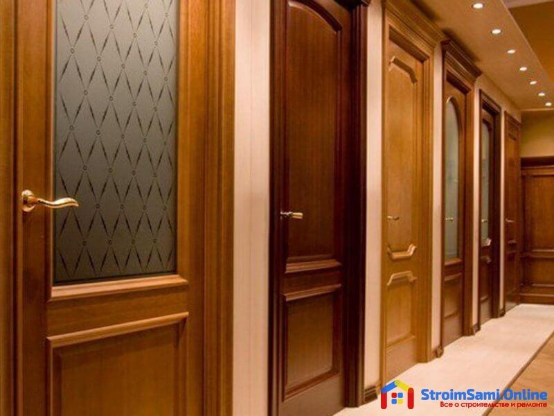 На фото: глухие и остекленные межкомнатные двери