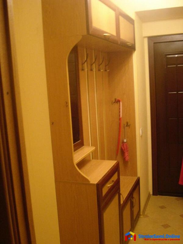 На фото: прихожая для узкого коридора