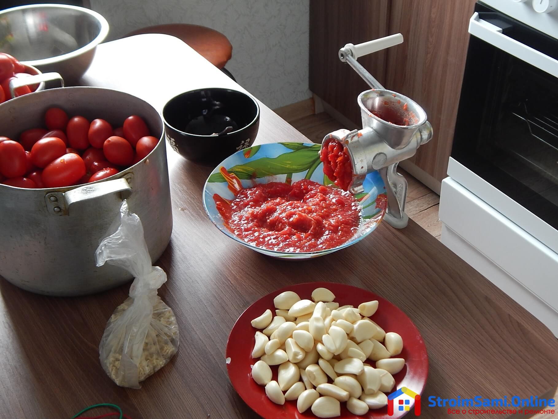 На фото: переработка помидор с чесноком для приготовления хреновины