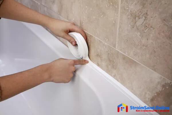 Как заделать щель между ванной и стеной бордюрной лентой