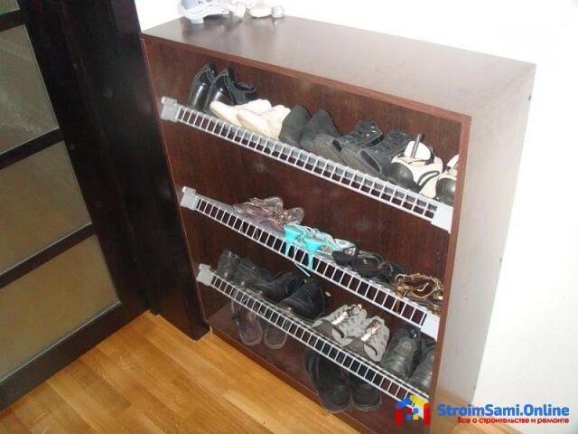 На фото: полки для обуви в прихожую