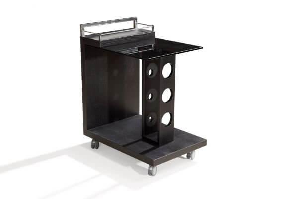 На фото: сервировочный столик на колесиках