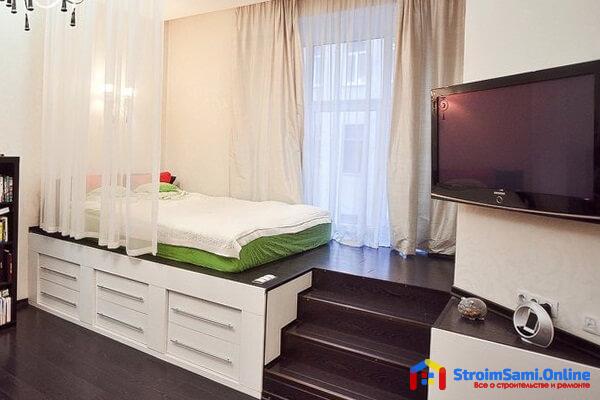 На фото: спальня с подиумом