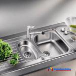 На фото: кухонная мойка из нержавеющей стали