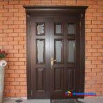 На фото: входная дверь из натурального дерева