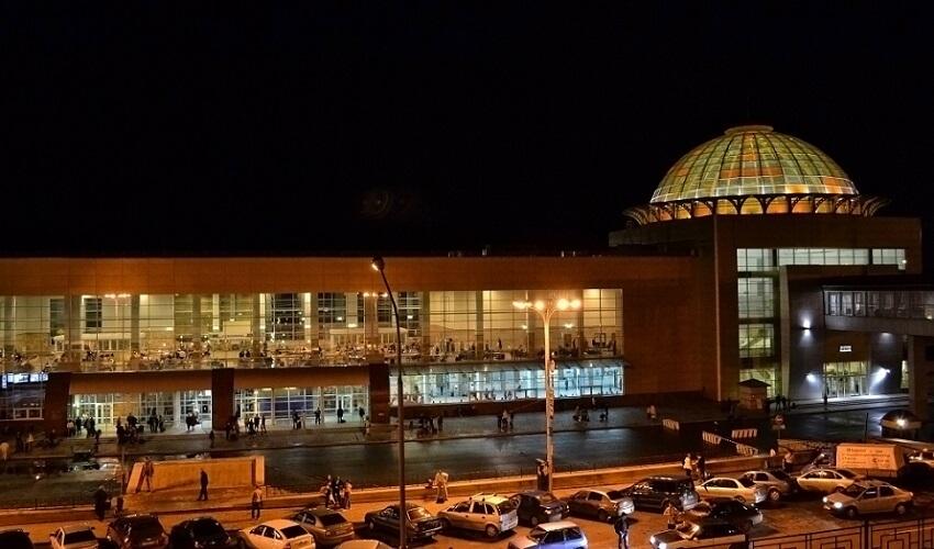 На фото: ЖД вокзал в Уфе ночью