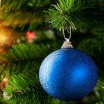 На фото: Новогодняя елка с синим шаром