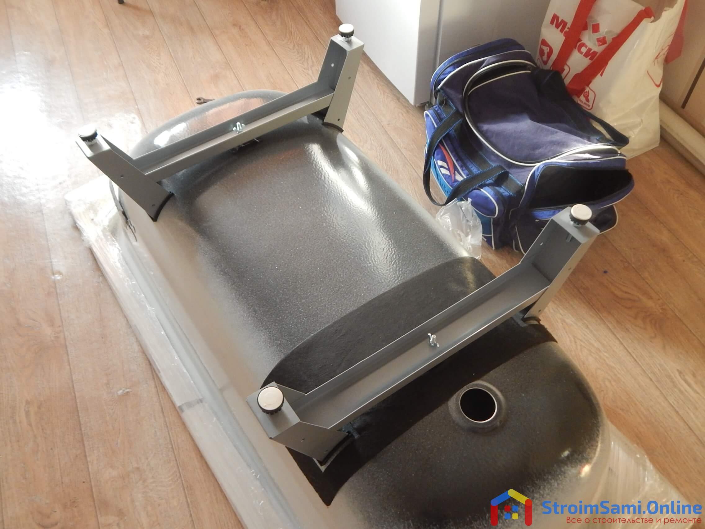 На фото: установка ножек на ванну своими руками