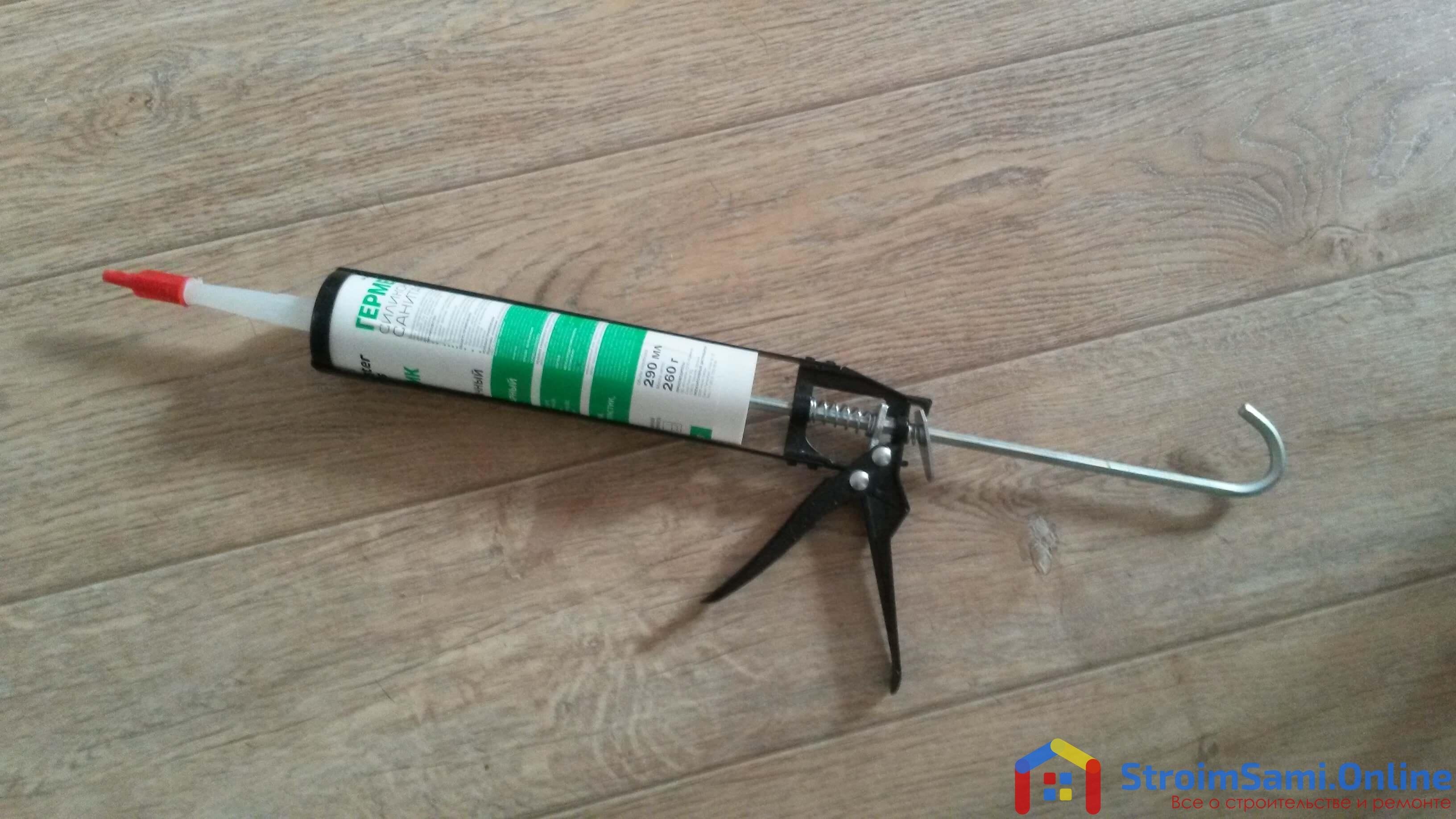 На фото: пистолет для герметика