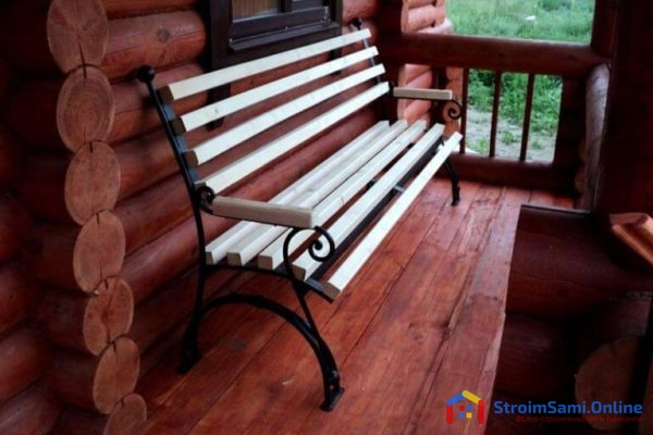 На фото: садовая скамейка из дерева и металла