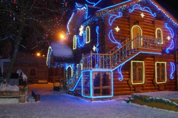 Светодиодные гирлянды для украшения загородного дома снаружи