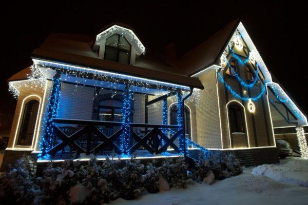 Новогоднее наружное освещение загородного дома
