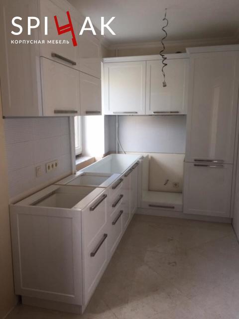 На фото: глянцевая кухня
