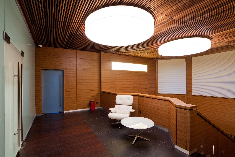 На фото: потолки из деревянных реек