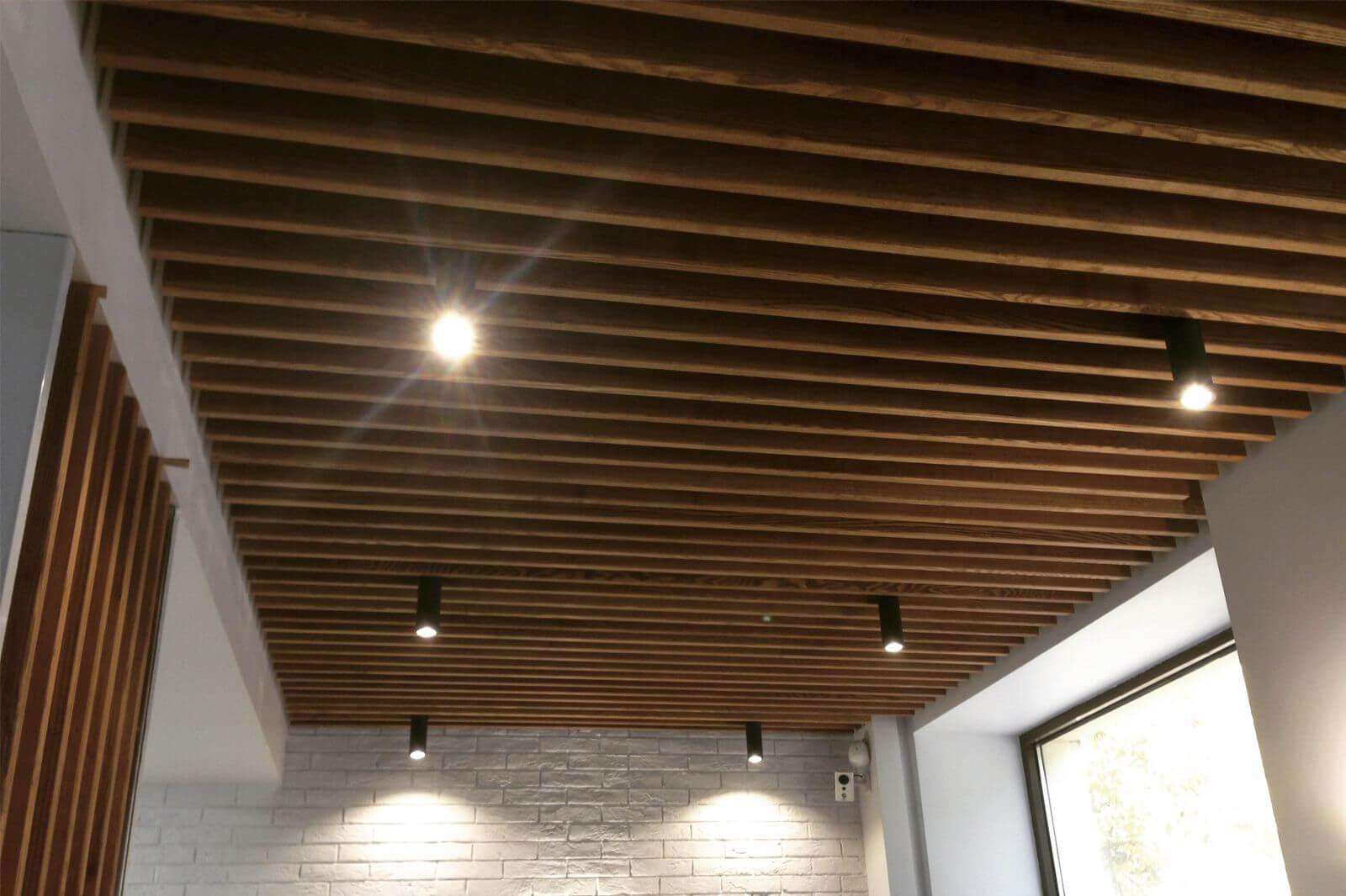 Реечный подвесной деревянный потолок