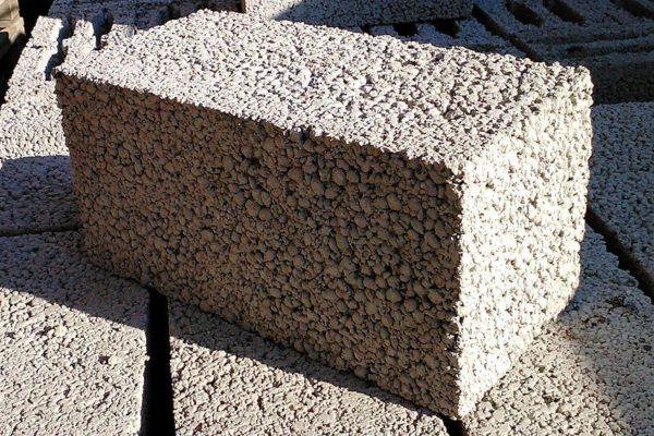 На фото: блок из керамзита