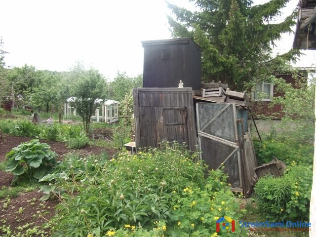На фото: огород и сарай