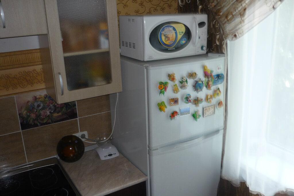 Можно ли ставить микроволновку на холодильник?