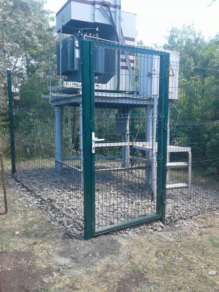 На фото: стальной забор