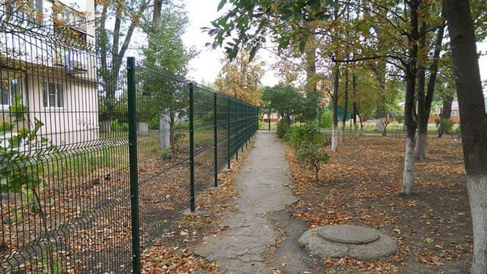 На фото: решетчатый забор металлический
