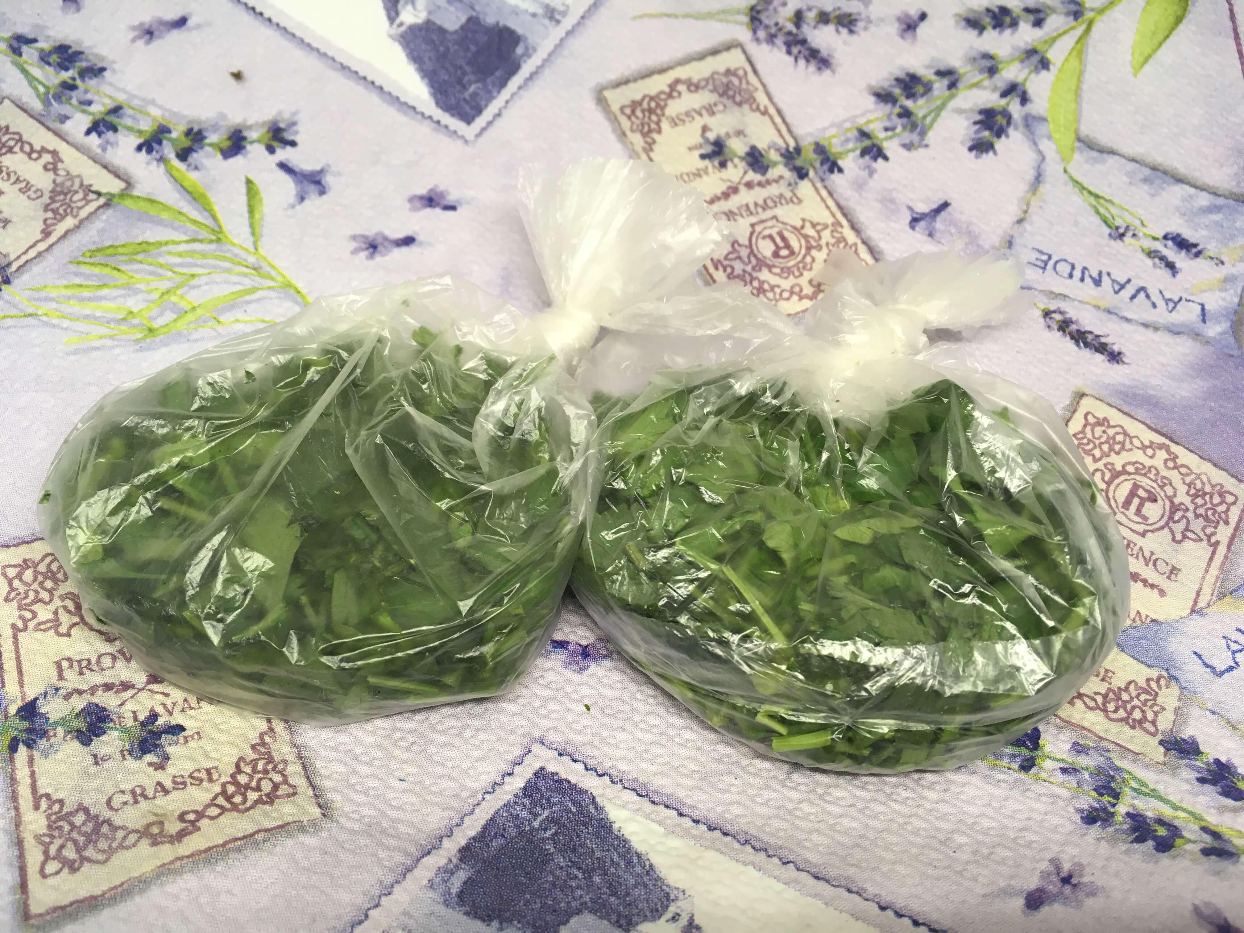 На фото: нарезанные и расфасованные листья петрушки, готовые к заморозке (авторское фото)