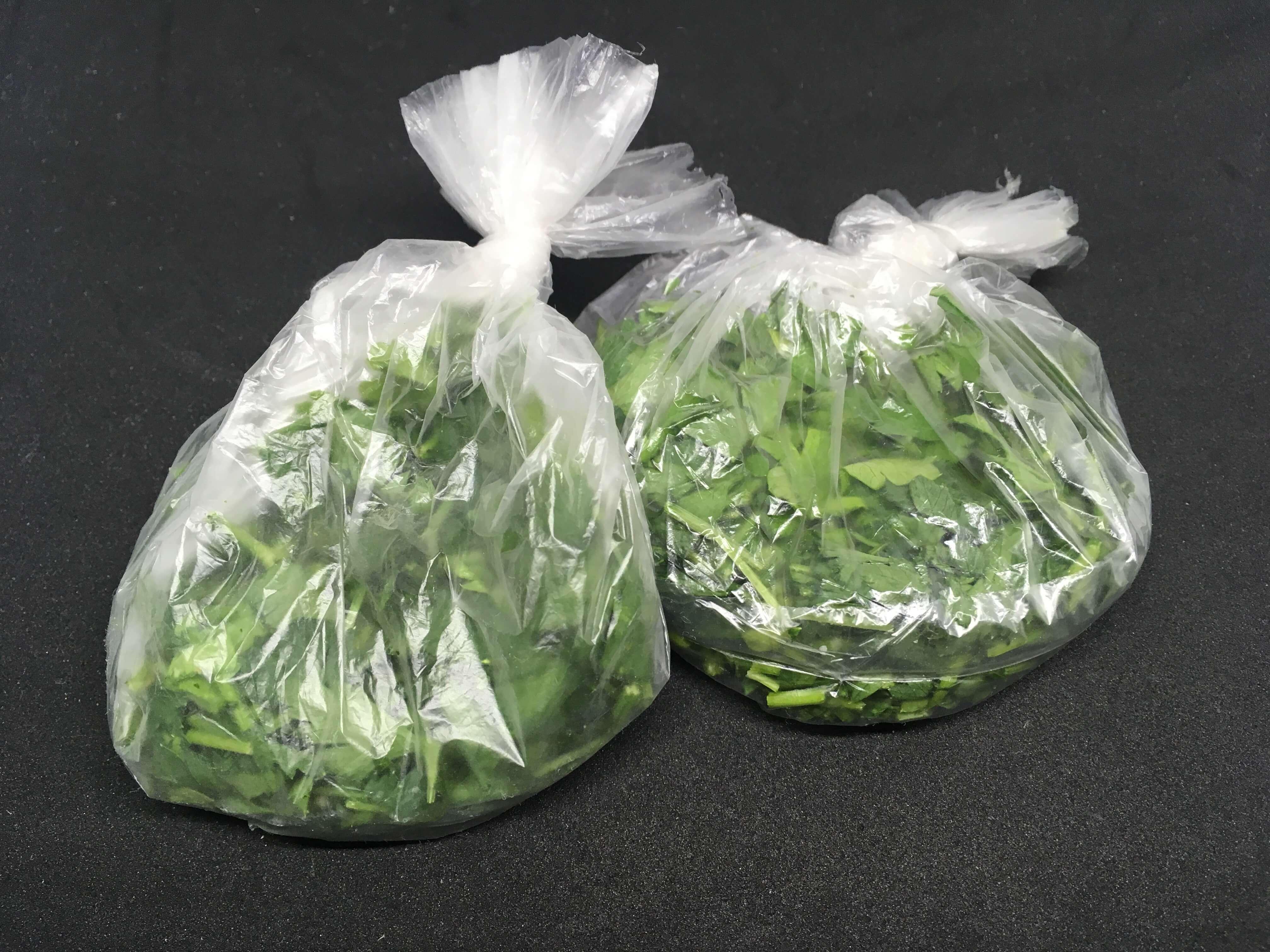 На фото: нарезанная петрушка, расфасованная по пакетам (авторское фото)