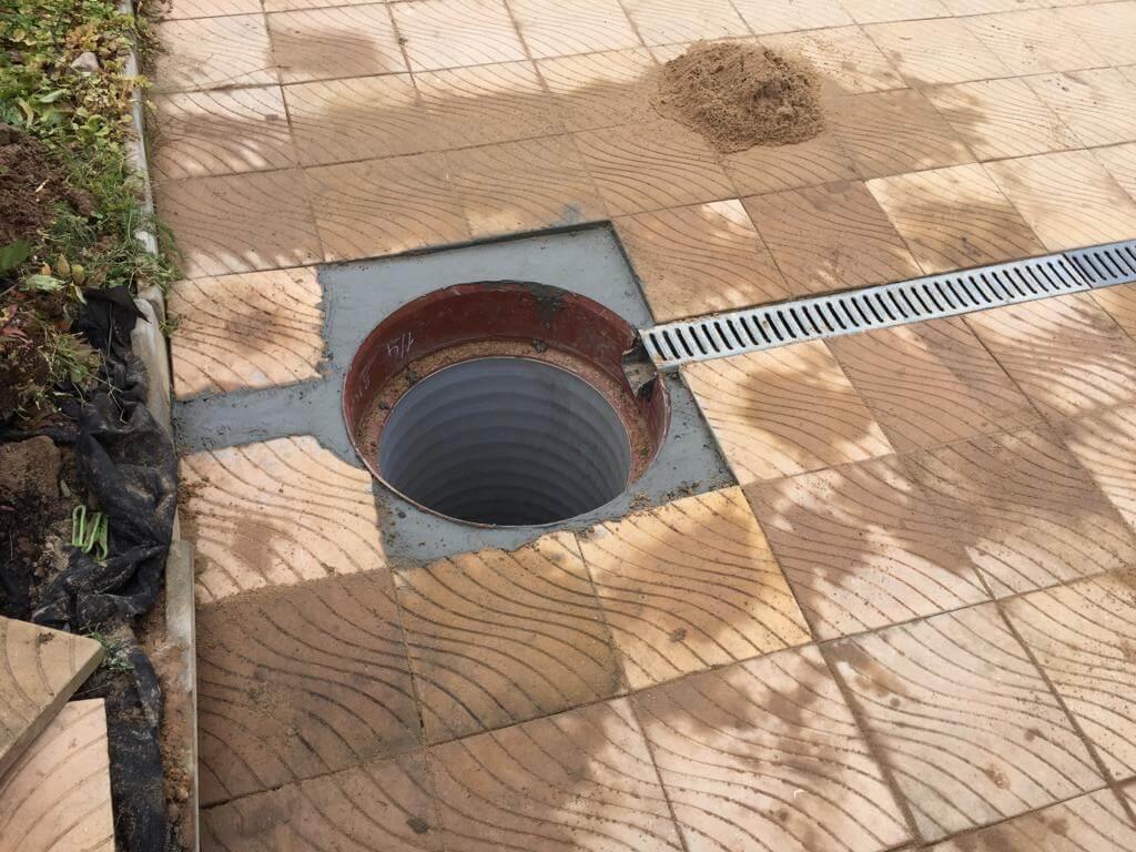 На фото: пример дренажа и колодца для септика. Источник фото: сайт kd3.ru