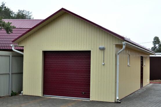 На фото: гараж из сэндвич-панелей
