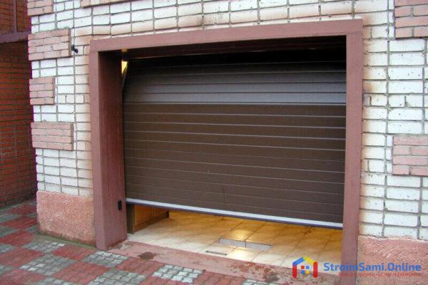 На фото: подъемные ворота для гаража